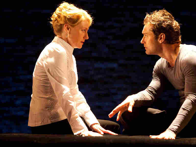 Geraldine James and Jude Law in 'Hamlet'