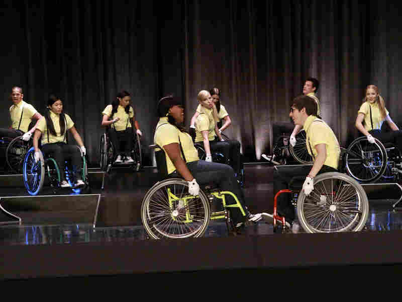 "Cast of 'Glee' performs in ""Wheels"" episode"