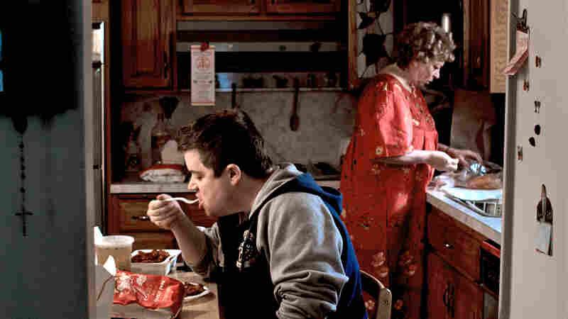 Paul Aufiero (Patton Oswalt) at home