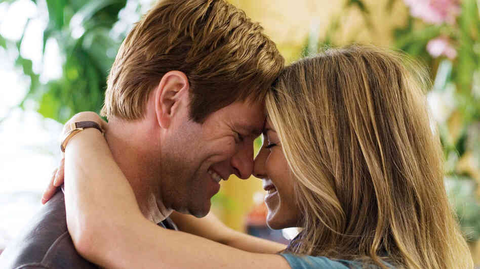 Eloise (Jennifer Aniston) and Burke (Aaron Eckhardt) in 'Love Happens'
