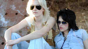 Dakota Fanning (Cherie Currie) and Kristen Stewart (Joan Jett)