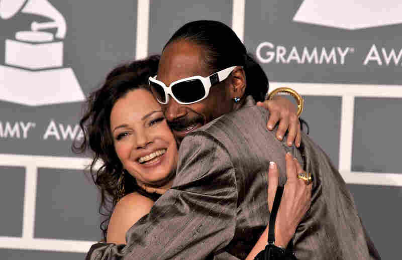 Actress Fran Drescher and rapper Snoop Dogg took time to hug on the red carpet.