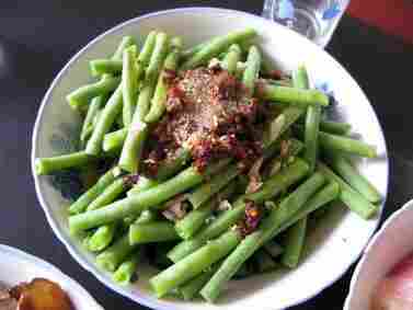 Cold green beans with chili and spices.