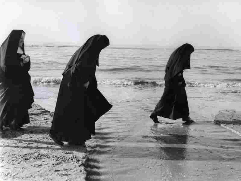 Nuns love the beach! At least the nuns in this undated Dutch photo do.