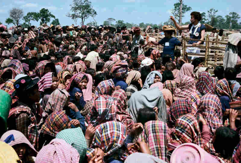 Throngs wait to receive rice distributed by the ICRC in Mak Moun, Thailand, 1980.