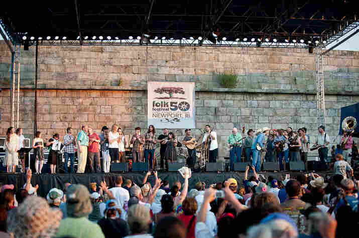 Pete Seeger invites the whole Newport line-up onstage for a full-on hootenanny.