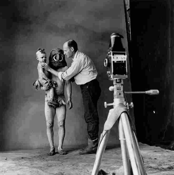 Irving Penn sets up a photograph