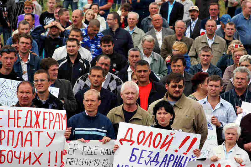 Hundreds of AvtoVAZ workers protested in Togliatti in August. The workers demanded that the company be nationalized and jobs guaranteed. One in 7 residents of Togliatti works in the factory.