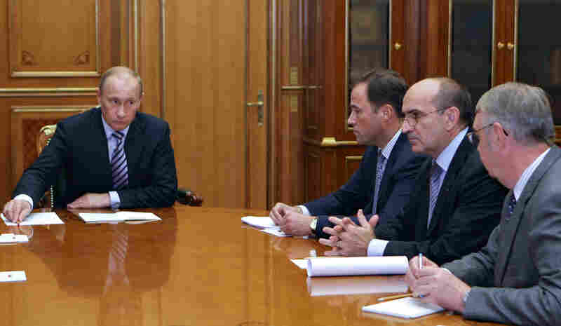Russian Prime Minister Vladimir Putin meets with Renault Senior Vice President Christian Esteve (second from right) in Moscow on Monday. Renault, which owns a stake in AvtoVAZ, reportedly told Putin on Monday that the French auto giant will assist the Russian carmaker.