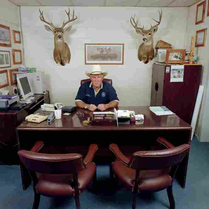 Shane Fenton is sheriff of Crockett County, Texas. Monthly salary: USD 3,166. Standard working week: 40 hours.