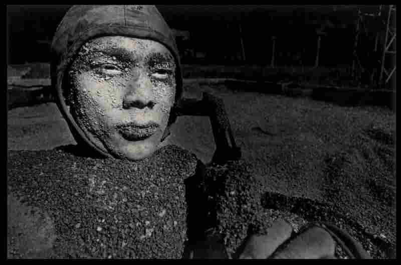 A soldier emerges after breathing through a reed underground, during special troops training. Los Palacios, 2000.
