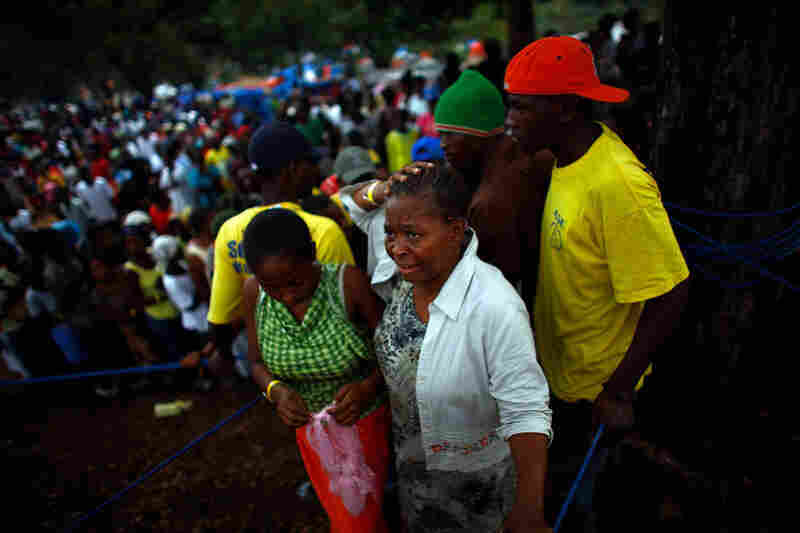 Many Haitians spend the entire day waiting in lines for food. Since the immediate aftermath of the quake, the distribution system has become more organized. But owing to logistical shortcomings there is still a severe shortage of food.