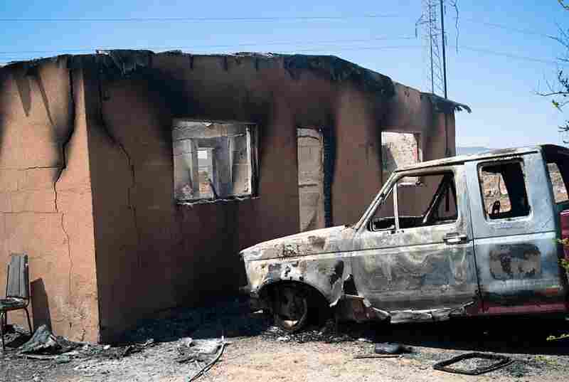 Armed men set fire to several houses and killed one man in the town of La Esperanza.