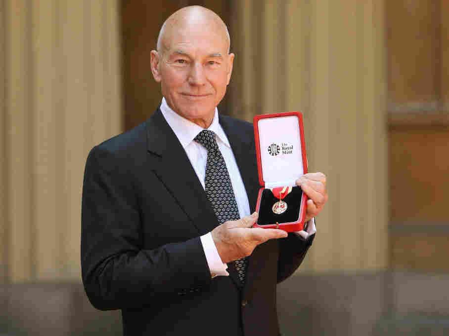 Patrick Stewart with his award