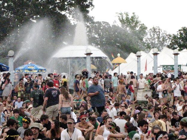 A huge crowd gathers at a fountain at Bonnaroo