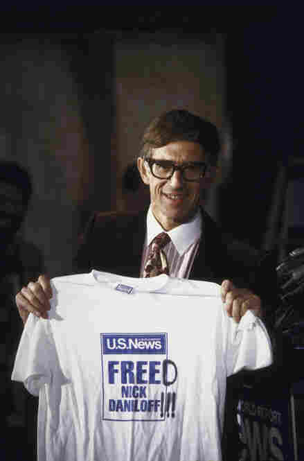 U.S. journalist Nicholas Daniloff poses at a press conference in September 1986 after his release from detainment in Russia on espionage charges.