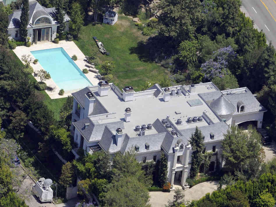 Michael jackson 39 s holmby hills house for sale at a 10 for Michael jackson house for sale