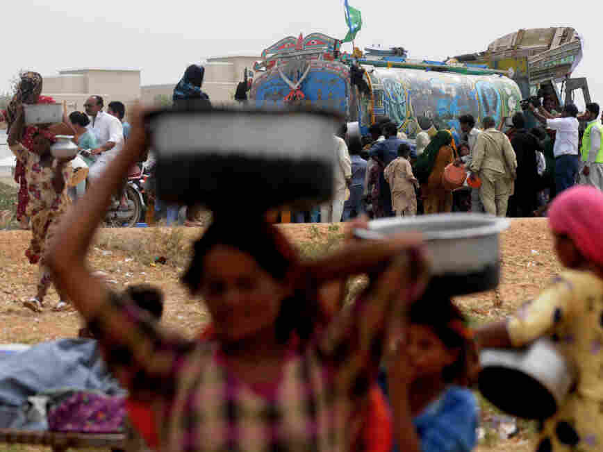 Pakistanis displaced by floods struggle