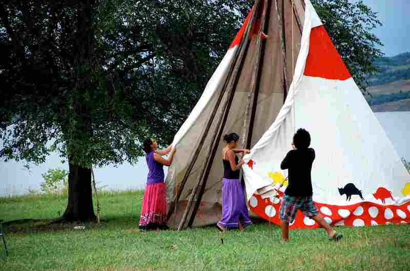 The ceremony took place in early August on the banks of the Missouri River in South Dakota. On the first day, the girls learned to set up a tepee, where they lived together for four days. Women's tepees have 13 poles representing the 13 moons of the year.