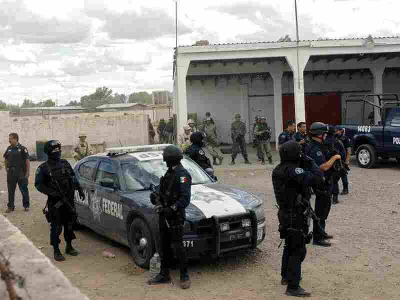 Mexican policemen and soldiers in Ascension