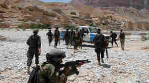 Yemeni army soldiers embark on a search