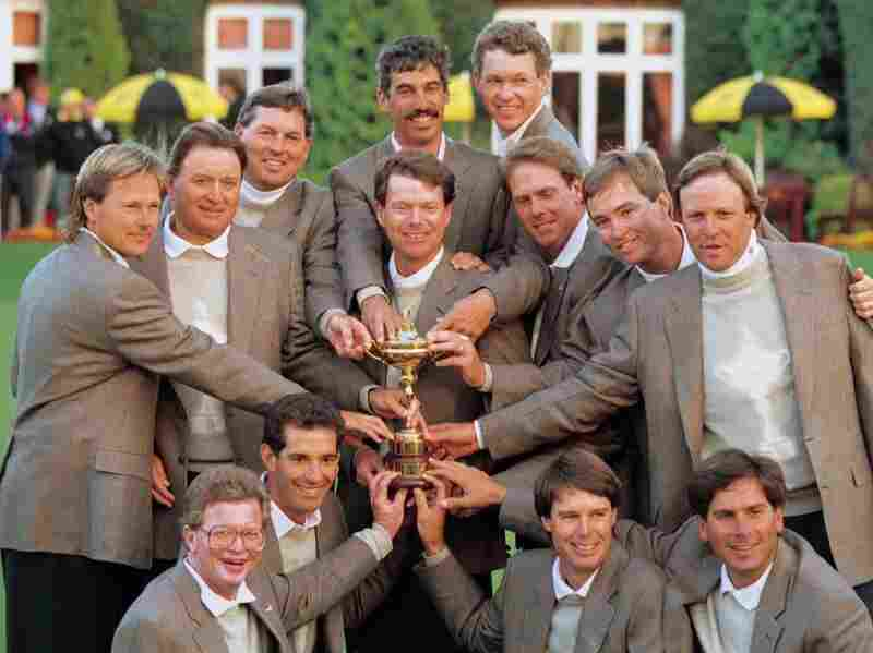 U.S. golf team poses with Ryder Cup trophy in 1993.