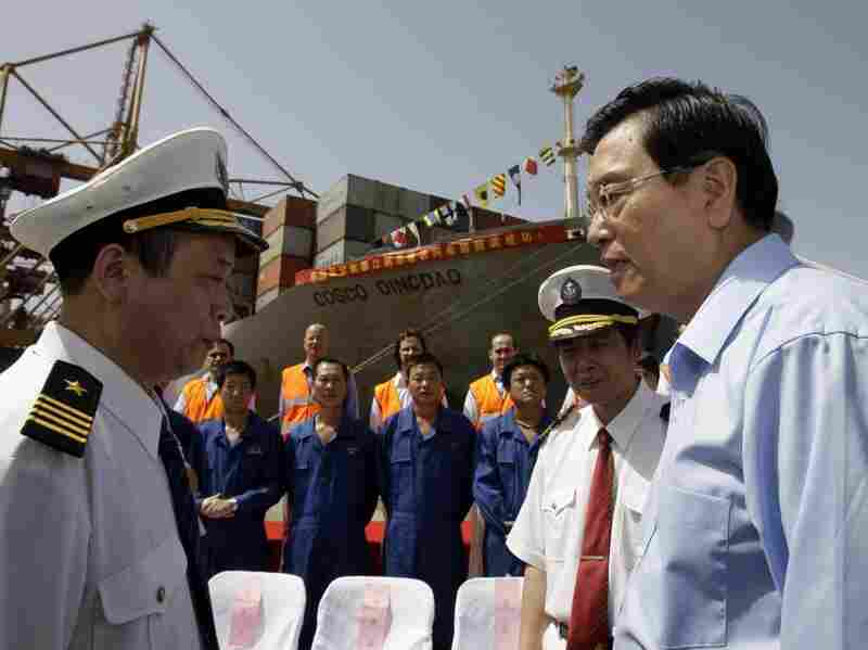 Chinese Vice-Premier Zhang Dejiang talks to Cosco employees at the port of Piraeus