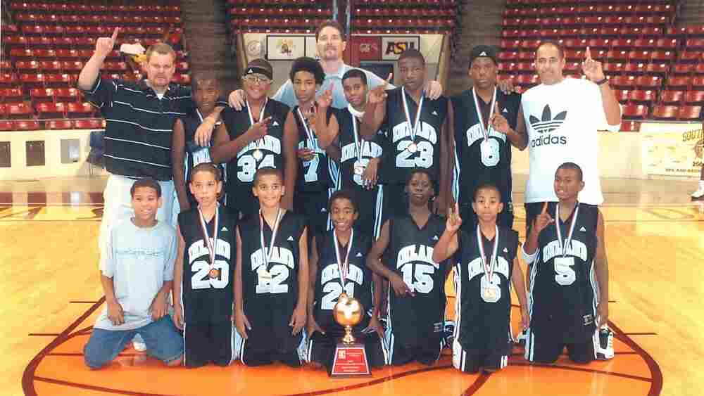The youth basketball team Inland Stars, with 11-year-old star Demetrius Walker (number 23).