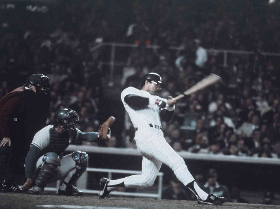 Reggie Jackson hits home run No. 3 in the final game of the '77 World Series against the Dodgers.