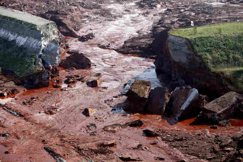 The walls of the aluminum plant reservoir broke on Oct.4, sending a wave of stinking red sludge through seven villages in the west of the country and leaving a trail of devastation across the area.