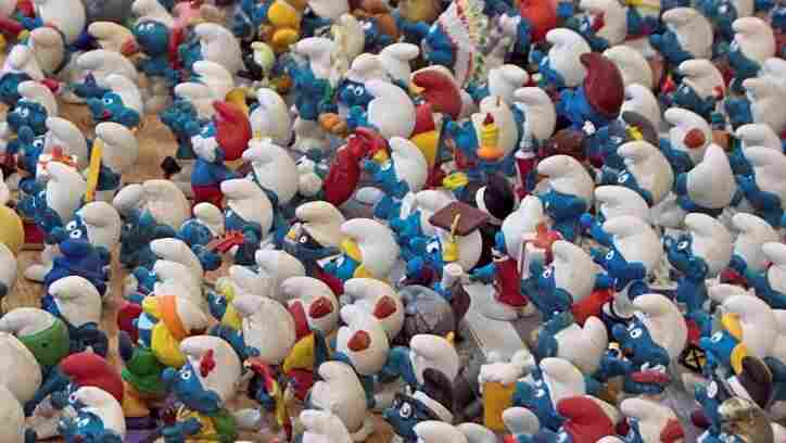 An army of smurfs marches from right to left.