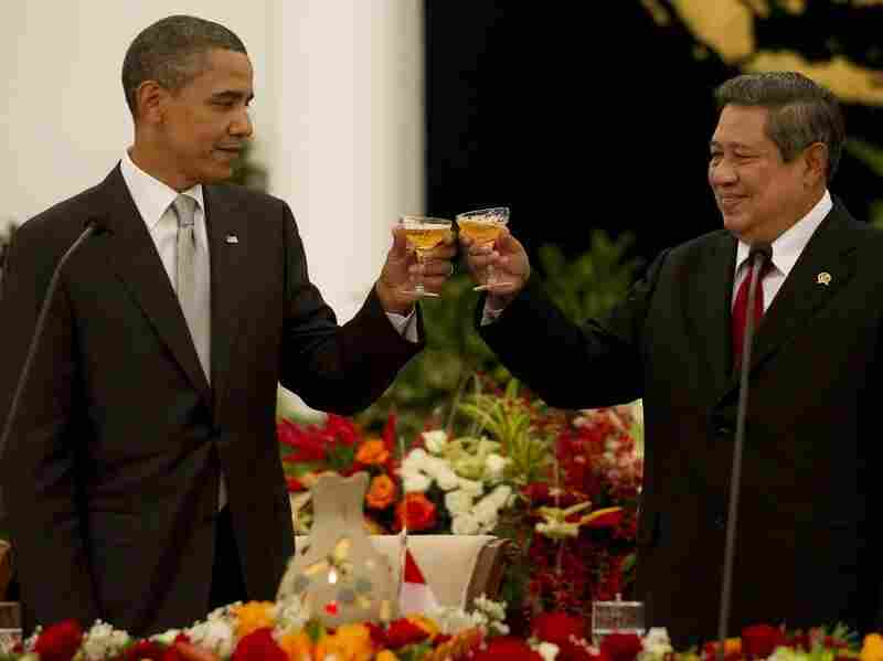 U.S. President Obama toasts with Indonesian President Susilo Bambang Yudhoyono.