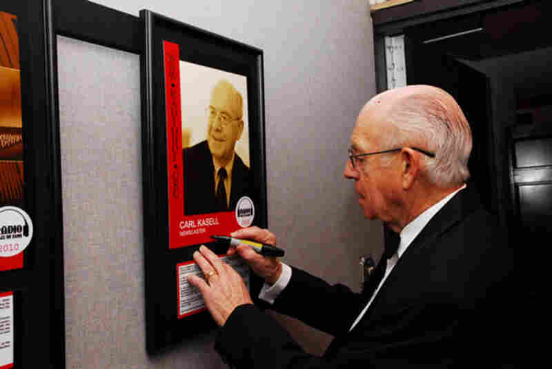 Carl Kasell signing his Radio Hall of Fame poster (Donald Pointer Photography).