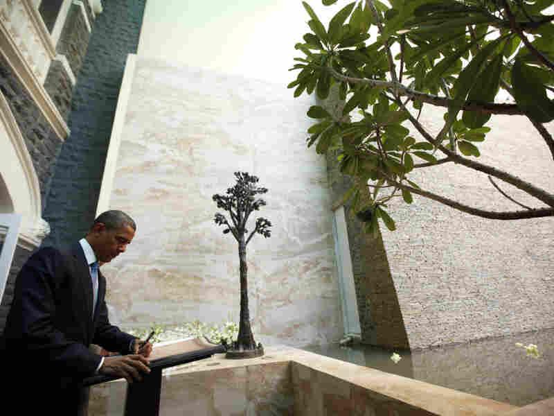 President Obama visits the memorial in Mumbai
