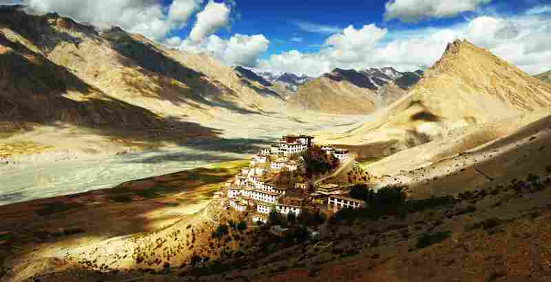 Ki is a tiny village in the middle of the Himalayas, and next to it is Ki Gompa (Ki Monastery), almost 4000 meters high.