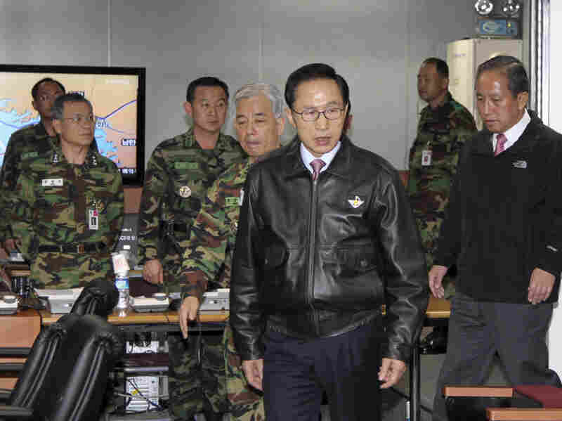 South Korean President Lee Myung-bak (center) arrives at a meeting of the Joint Chiefs of Staff.