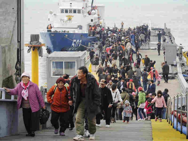Evacuees from Yeonpyeong Island arrive at Incheon port, west of Seoul