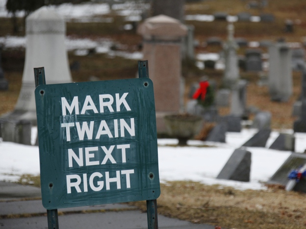 A sign directs visitors to the Mark Twain family plot in Woodlawn Cemetery in Elmira, N.Y.