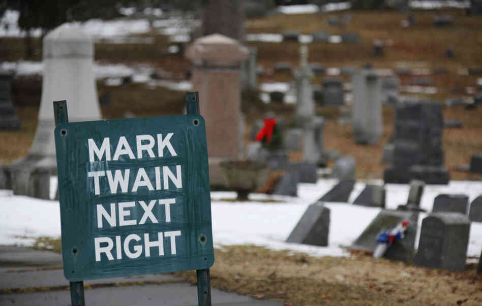 A sign directs visitors to the Mark Twain family plot in Elmira, N.Y.