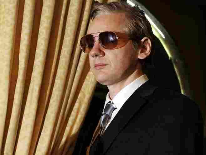 Wikileaks founder Julian Assange arrives to a press conference.