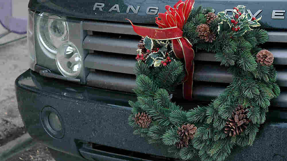 A Range Rover sports a festive wreath. What will your truck wear for the holidays?
