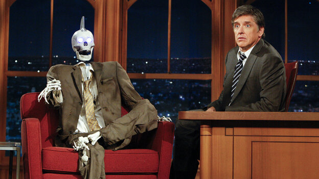 Host Craig Ferguson is joined by Robot Geoff Peterson.