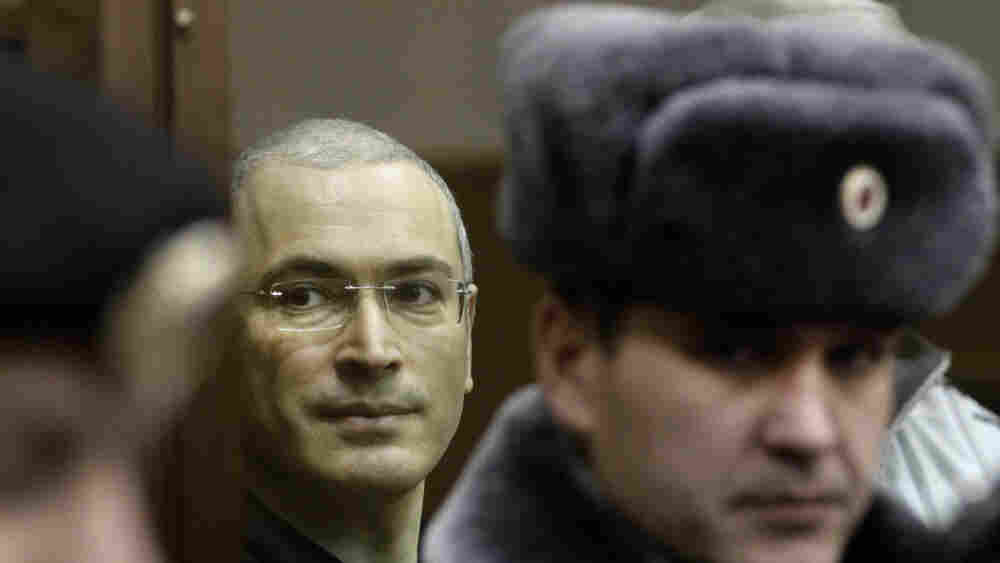 Mikhail Khodorkovsky, center, looks from behind a glass enclosure at a court room in Moscow,  Russia, Thursday, Dec. 30, 2010.