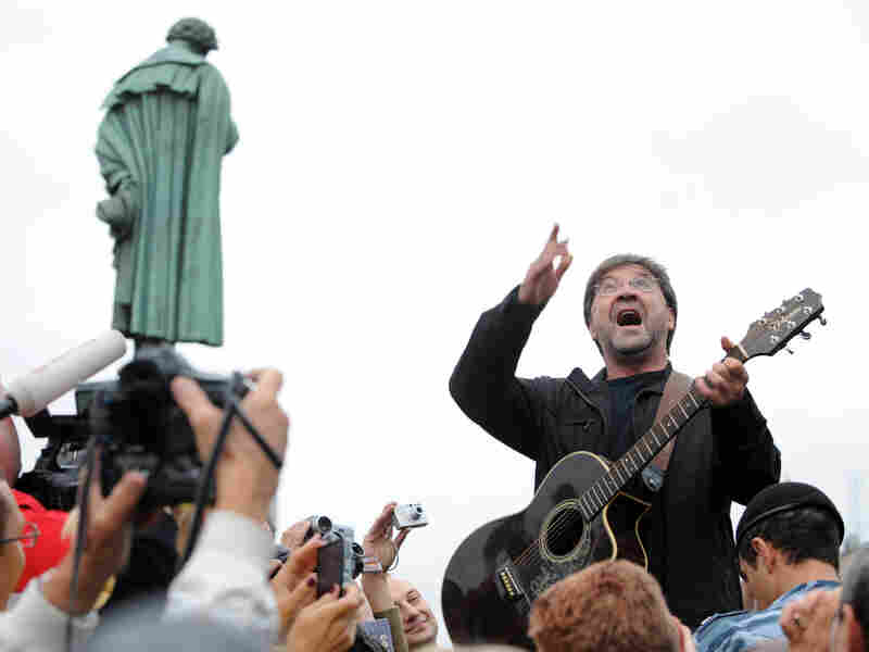Russian rock singer Yuri Shevchuk performs at the protest rally in central Moscow on August 22, 2010.