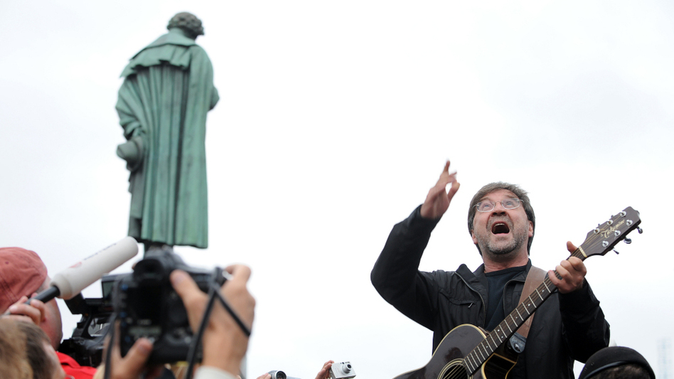Russian rock singer Yuri Shevchuk performs at a protest rally in central Moscow on Aug. 22, 2010.
