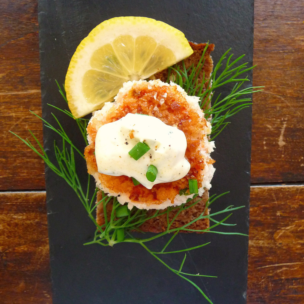 Recipe smoked salmon fish cakes with dill and remoulade for Salmon fish cake recipe