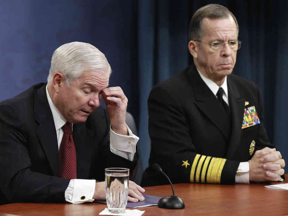 Defense Secretary Robert Gates (left) and Joint Chiefs Chairman Adm. Mike