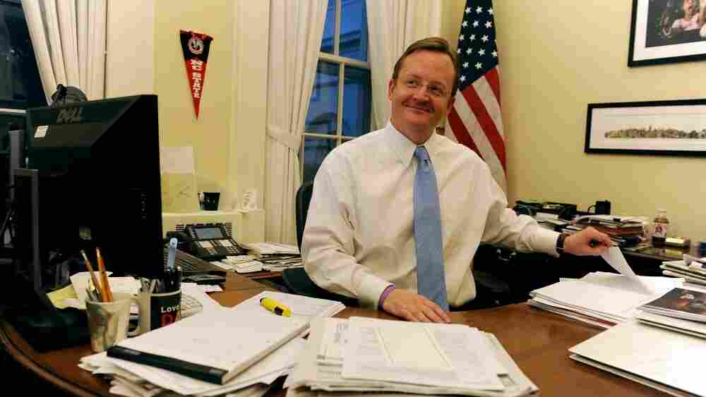 White House Press Secretary Robert Gibbs has announced that he will step down from his position at the White House in February to work on the upcoming 2012 campaign.