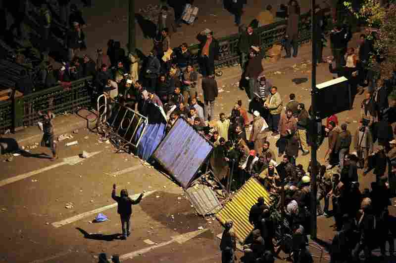 Anti-government protesters set up barricades outside Tahrir Square as the clash continued into the evening.