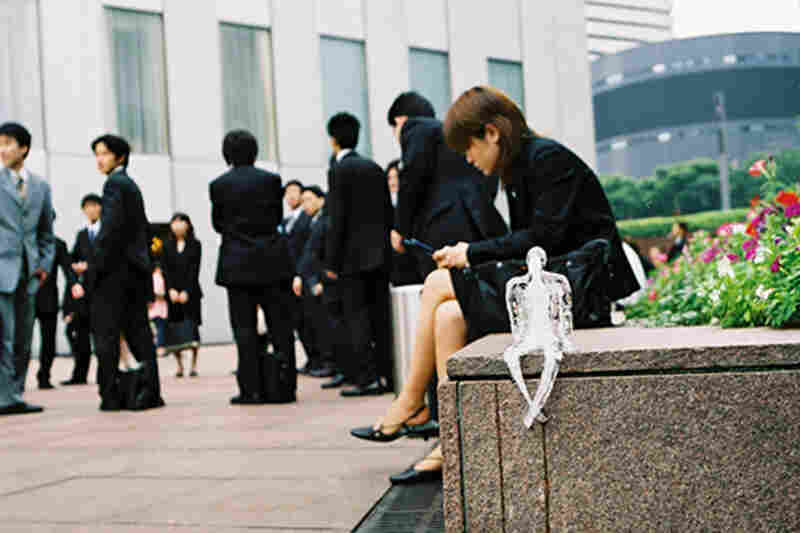 Between 2001 and 2005, Azevedo placed her ice sculptures in nine cities around the world, including Tokyo, Japan in 2003.